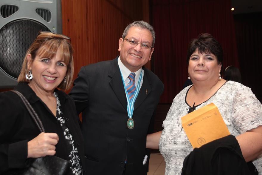 Edwin Castro, premiado con la medalla Ricardo Mata,  fotografía artística, junto a las hijas del desaparecido fotógrafo que da nombre a la presea, María Elena y Claudia, Mata.  (Foto Prensa Libre: Paul Devaux)