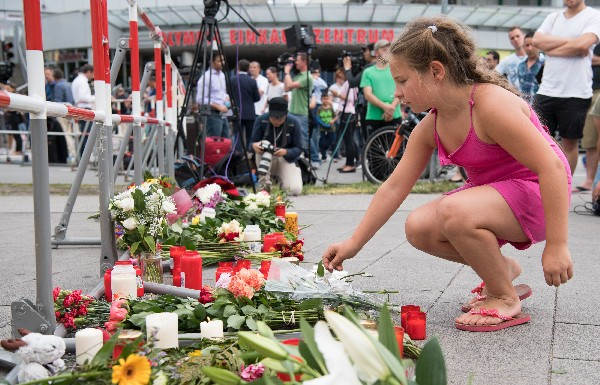 Los alemanes comienzan a depositar flores en el lugar de la balacera en Múnich, Alemania. (Foto Prensa Libre:AP).