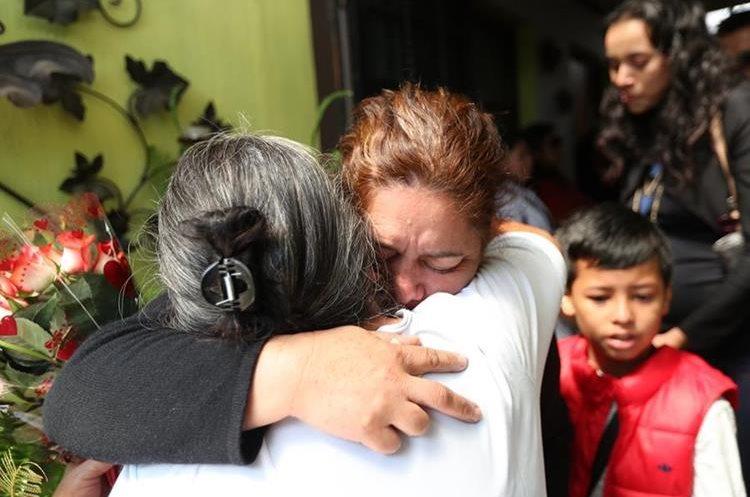 Familiares de Ana Gabriela Castillo se abrazan durante el velorio. (Foto Prensa Libre: Érick Ávila)
