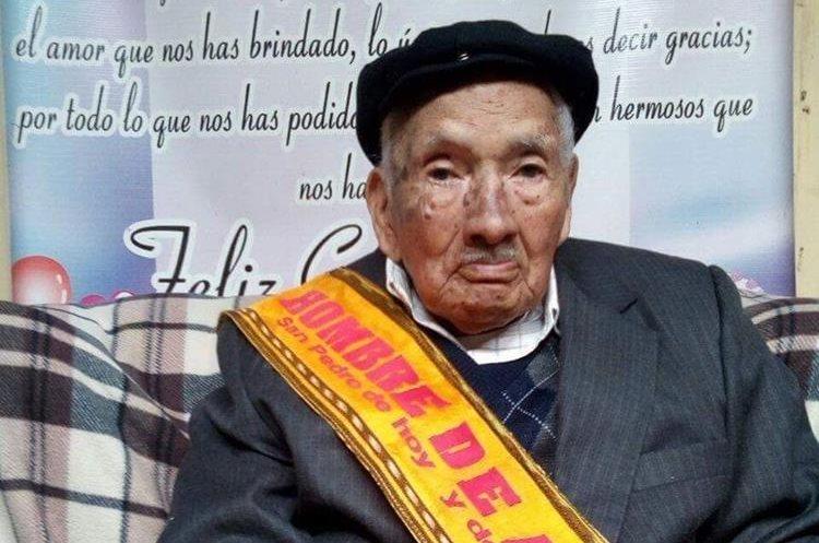 Silvestre Domingo Ramírez afirma que una sana alimentación es importante para vivir varios años. (Foto Prensa Libre: Whitmer Barrera).