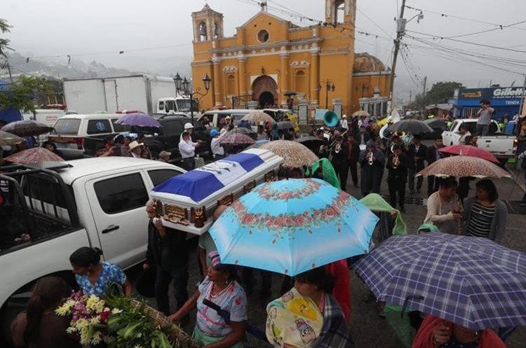 La tragedia del Volcán de Fuego ha dejado al menos 99 muertos, según cifras oficiales publicadas este jueves (Foto Prensa Libre: Estuardo Paredes).