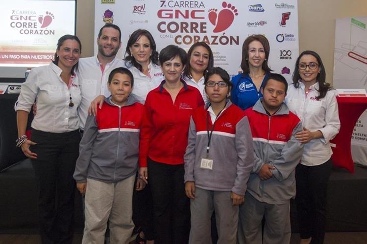 Los organizadores de la carrera junto a los niños del Instituto Neurológico. (Foto Prensa Libre: Norvin Mendoza)