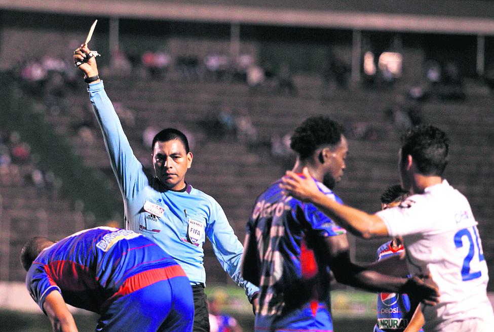 El central Wálter López forma parte de una listado de siete silbantes seleccionados por Concacaf.