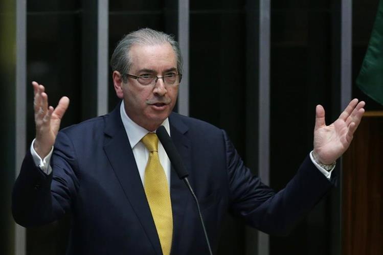 Eduardo Cunha se dirige a la Cámara Baja de Brasil para defender de las implicaciones del juicio político que le costó la destitución. (Foto Prensa Libre: AP)