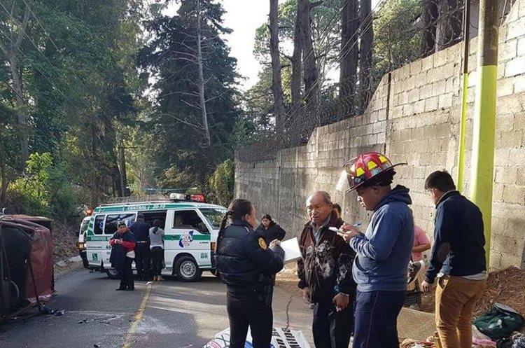 El picop volcó luego del impacto con otro vehículo. (Foto Prensa Libre: Bomberos Municipales Departamentales)