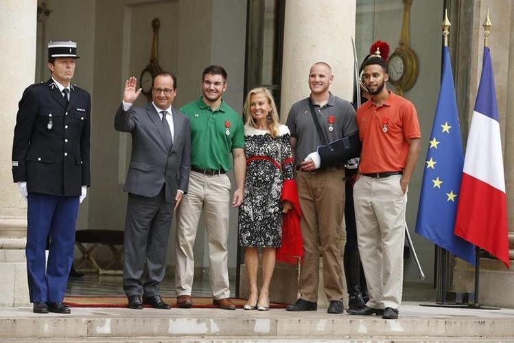 El presidente galo, Francois Hollande (2º izq), posa junto a los condecorados estadounidenses Alek Skarlatos (3º izq), Spencer Stone (2º dcha) y Anthony Sadler (dcha) y a la embajadora de EE.UU. en Francia, Jane Hartley (centro), tras una ceremonia en el Palacio del Elíseo en París. (Foto Prensa Libre: EFE).