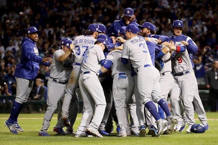 Los jugadores de los Dodgers posan luego de ganar la Liga Nacional y avanzar a la Serie Mundial. (Foto Prensa Libre: AFP)