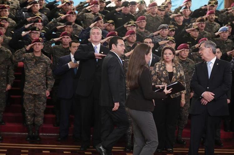 La fuerza policial y militar se intercaló para acompañar al presidente en su mensaje. (Foto Prensa Libre: Juan Diego González)