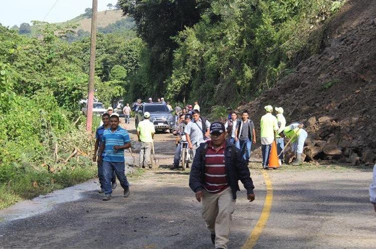 Varias personas que amanecieron el viernes en la carretera decidieron caminar de regreso a sus lugares de partida. (Foto Prensa Libre: Hugo Oliva)
