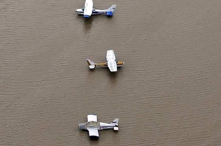 Varias avionetas quedaron bloquedas por la inundación cerca del embalse Addicks Reservoir. (AP).