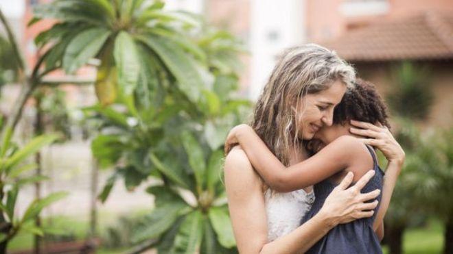 """Si no hubiera recibido apoyo no hubiera logrado completar el proceso"", señaló Rutilene de Sousa, quien adoptó a Larissa luego de que la niña fuera regresada en tres casos anteriores. (Foto Prensa Libre: Marília Camelo/BBC Brasil)"