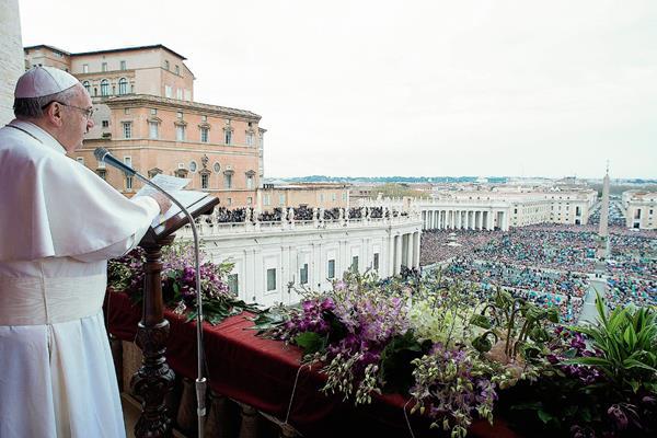 El Papa Francisco habla desde el balcón central de la basílica de San Pedro. (Foto Prensa Libre: AFP)