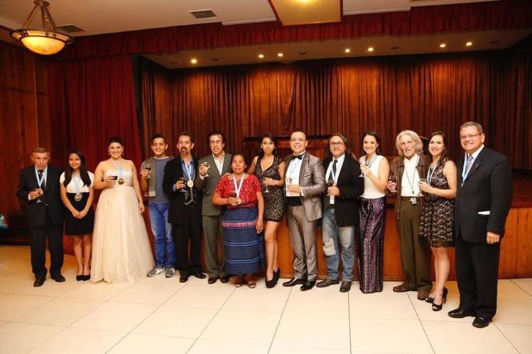 Grupo de condecorados con el Premio Artista del Año 2015. (Foto Prensa Libre: Paul Devaux)