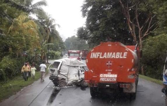 Lugar del accidente en Morales, Izabal. (Foto Prensa Libre: Dony Stewart).
