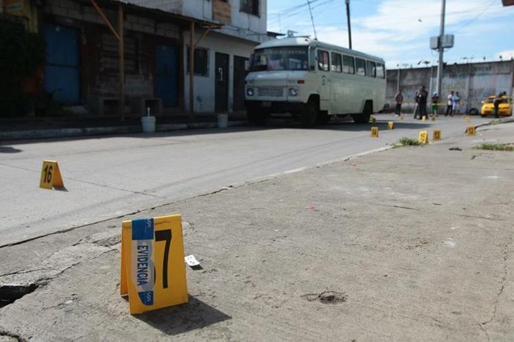 Casquillos rodean el microbús donde fue atacado Edwin Alvarado, en la colonia Villa Lobos. (Foto Prensa Libre: Álvaro Interiano)