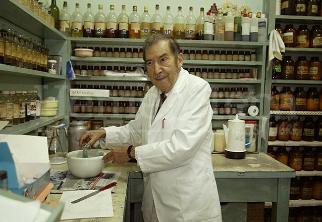 """Don """"Yemo"""" muestra los utensilios y recipientes con los que empezó su producción en la Farmacia Trinidad. (Foto: Hemeroteca PL)"""