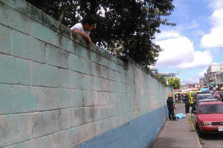 El menor de 15 años caminaba frente a una escuela cuando recibió seis disparos. (Foto Prensa Libre: Estuardo Paredes)