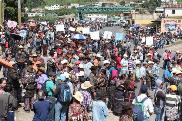 <p>Alcaldes indígenas de Sololá y pobladores bloquean el paso  de vehículos en los km 117, 127 y 130 de la  ruta  Interamericana. (Foto Prensa Libre: Ángel Julajuj)<br></p>