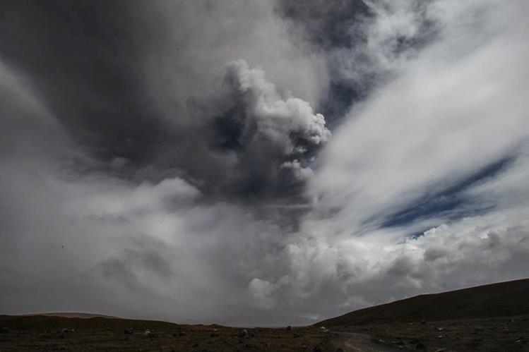 Nubes de humo se alzan sobre violento coloso. (Foto Prensa Libre: EFE)