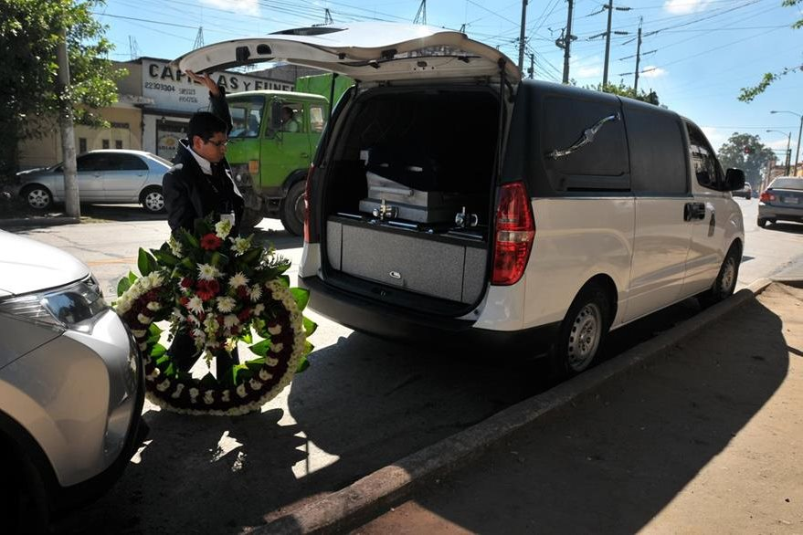 Carro funerario donde fue trasladado el cuerpo de Leonardo Franco. (Foto Prensa Libre: Ana Lucía Ola)