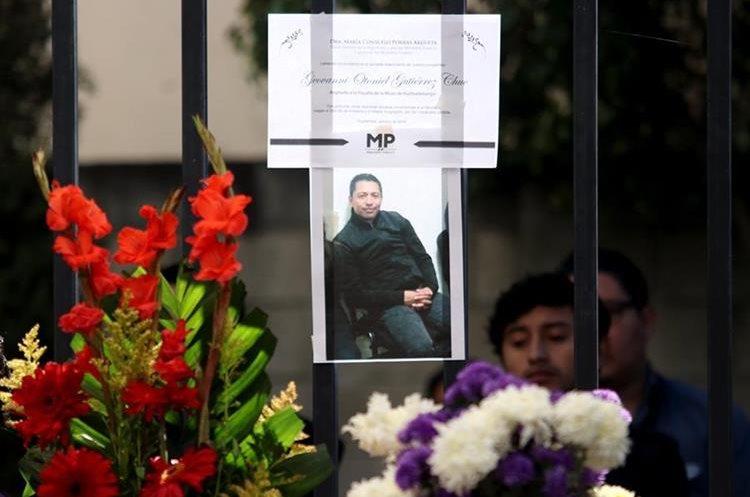 La nota de duelo de la Fiscal General María Consuelo Porras acompaña la fotografía del funcionario ultimado en Huehuetenago. (Foto Prensa Libre: Mike Castillo)