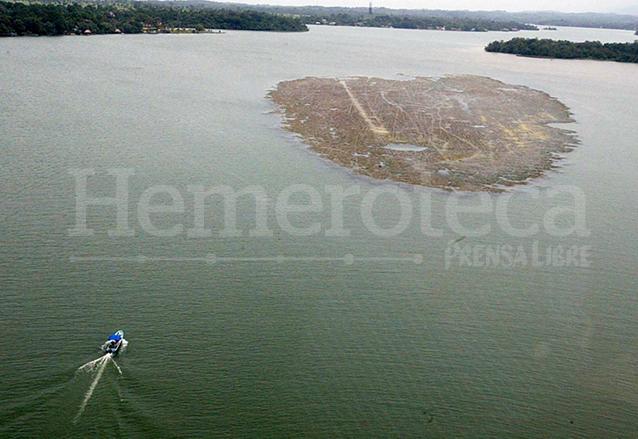 Foto que ilustraba la portada de Prensa Libre del 15 de julio de 2002 informando sobre la contaminación en el lago de Izabal. (Foto: Hemeroteca PL)