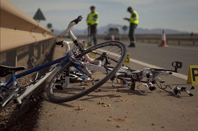 Constantemente los ciclistas que practican este deporte en las carreteras sufren accidentes por imprudencias de los automovilistas. (Foto Prensa libre: Tomada de Internet)
