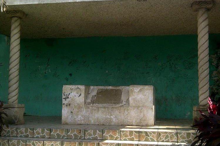 La tumba de Juan José Arévalo se encuentra en estado de abandono. Se ubica en Taxisco, Santa Rosa. (Foto: Oswaldo Cardona).