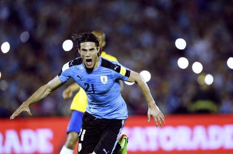 Edinson Cavani corre y grita gol después de abrir el marcador en Montevideo.