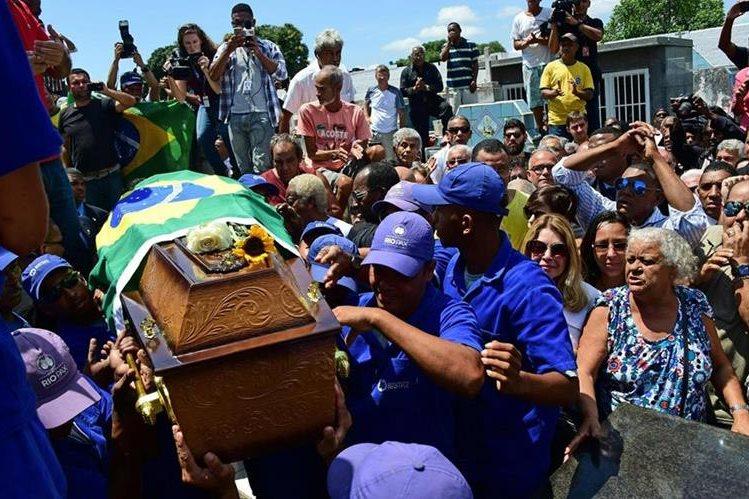 Familiares y aficionados se despidieron del exfutbolista brasileño. (Foto Prensa Libre: AFP)