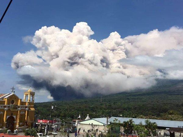 Volcán de Fuego lanza extensa fumarola luego de explosión súbita. (Foto Prensa Libre: Conred)