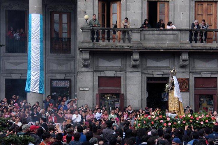 Fieles católicos aprecian paso de la imagen de la Virgen del Rosario, en Quetzaltenango. (Foto Prensa Libre: Carlos Ventura)