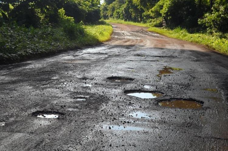 Los 8.5 kilómetros de la carretera se encuentran llenos de baches. (Foto Prensa Libre: Enrique Paredes)
