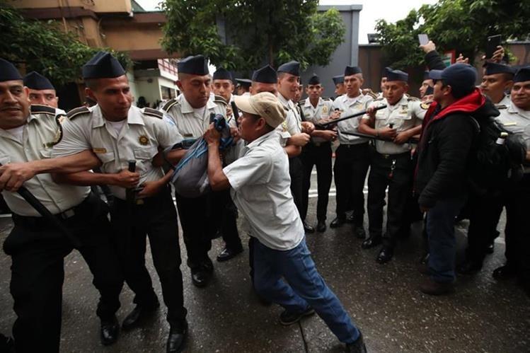 Para salir del Congreso los diputados llamaron a la Policía que bloqueó la manifestación de un grupo de guatemaltecos. (Foto Prensa Libre: Paulo Raquec)<br />