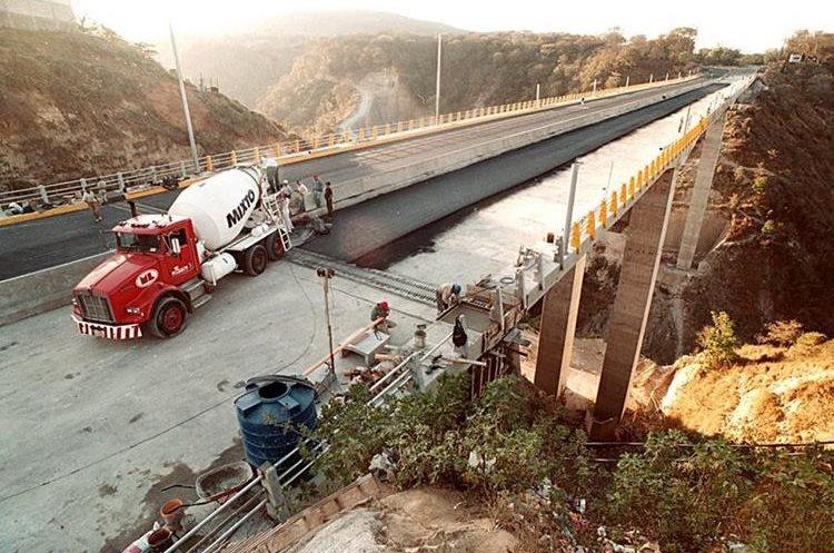 Vista del puente El Naranjo cuando estaba en construcción. Por el lugar, ahora, pasan miles de vehículos al día.