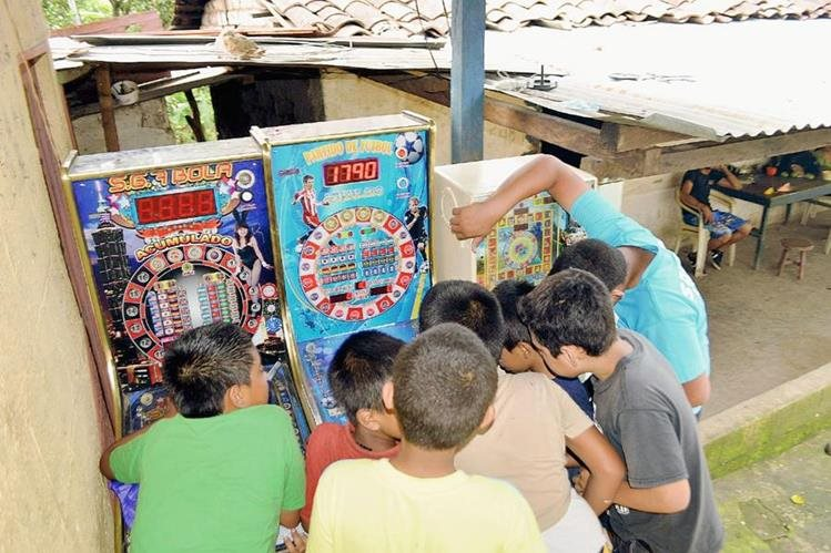 Un grupo de niños juega en máquinas traganíqueles en Nueva Santa Rosa, Santa Rosa, porque en sus planteles educativos no hay clases. (Foto Prensa Libre: Oswaldo Cardona)