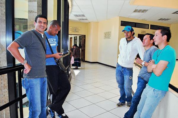 Cinco de los jugadores que enfrentan proceso por caso de agresión a menor, en Quetzaltenango. (Foto Prensa Libre: Alejandra Martínez)