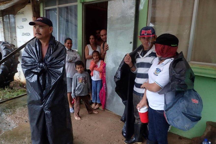 Un grupo de personas permanece en sus casas en la comunidad de Medio Queso, Chiles de San Carlos, Costa Rica. (Foto Prensa Libre: EFE).