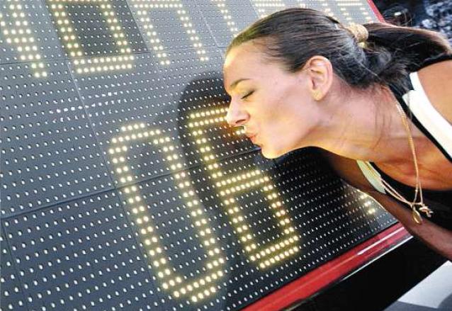La princesa del salto con pértiga besa el cronómetro en el quedó el récord que logró en los mundiales de Rusia con 5.06 metros. (Foto: AS Color)