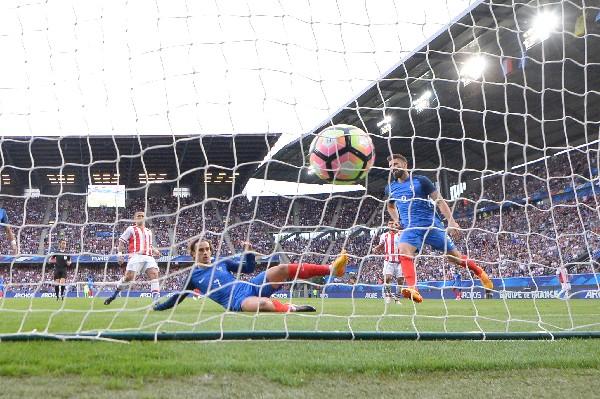 Olivier Giroud marcó tres goles en el triunfo de preparación contra Paraguay. (Foto Prensa Libre: AFP).