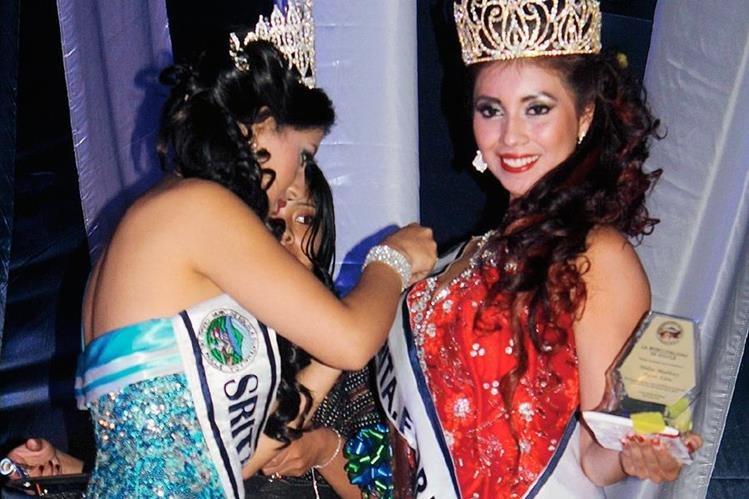 Marleny Ajcot es investida por la Señorita Flor del Paisaje saliente. (Foto Prensa Libre: Ángel Julajuj)