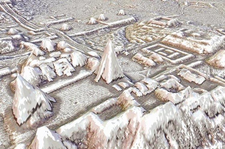 La Gran Plaza de Tikal con los Templos I y II, la acropolis Norte y la Acropolis Central. Mas alla (arriba) se observan dos complejos de piramides gemelas y la acropolis y plaza este (derecha) (Foto Prensa Libre: PACUNAM/Estrada-Belli).
