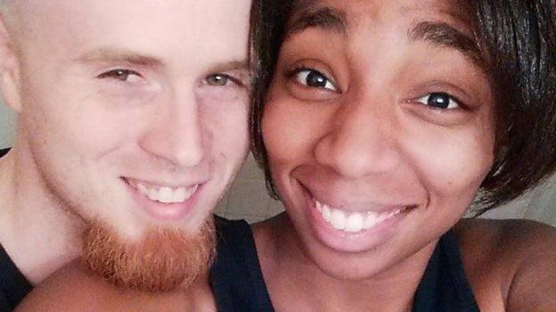Danesha Coach dio a luz tres pares de mellizos en un poco más de dos años. Aquí aparece con su pareja, Jeffrey. DANESHA COUCH