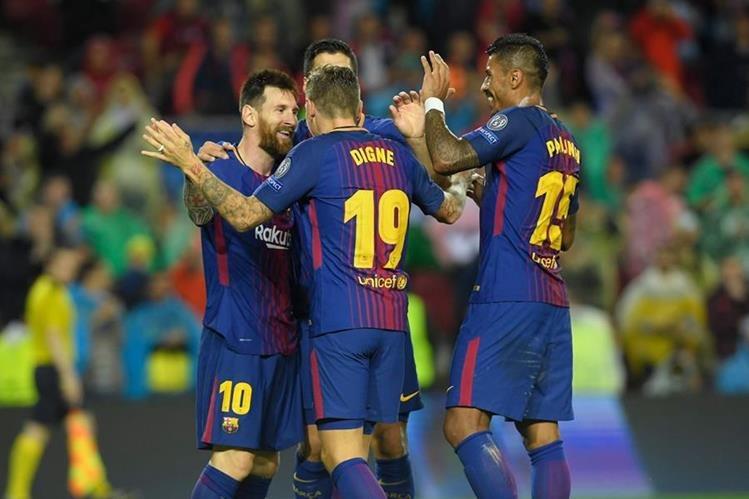 Los jugadores del Barcelona festejan durante el juego frente al Olympiacos, en el Camp Nou. (Foto Prensa Libre: AFP)