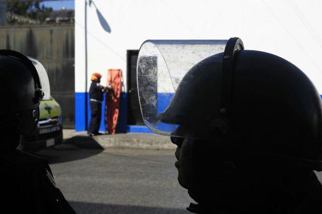 Un bombero prepara su camilla para el momento en que puedan ingresar a dar auxilio.
