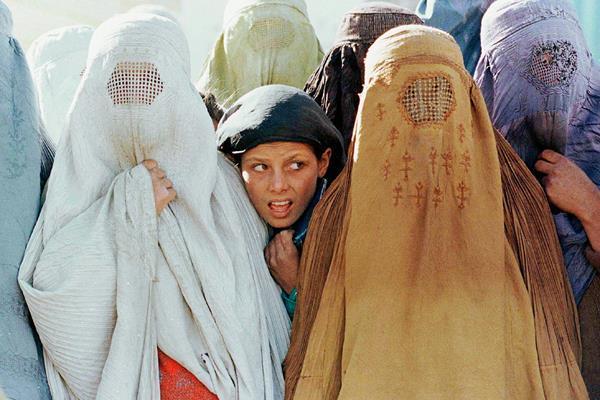 Las niñas  son víctimas de ataques por talibanes, quienes han estado  en contra de la educación femenina, (Foto Prensa Libre:EFE).