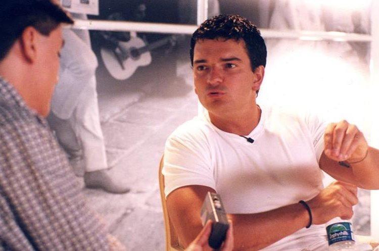 Además de los rizos, Arjona también lució pelo corto, como en 1998, año en el que se publicó<em> Sin daños a terceros</em>.&nbsp;
