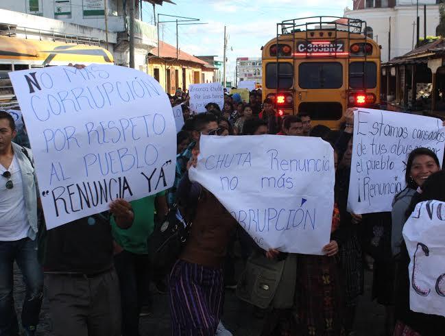 Estudiantes y pobladores de Sololá exigieron en el parque de ese departamento la renuncia del diputado Manuel García Chutá. (Foto Prensa Libre: Ángel Julajuj)