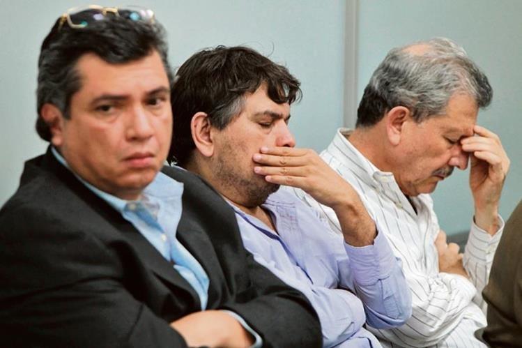 GUSTAVO MARTÍNEZ, yerno del presidente Otto Pérez; Filadelfo Reyes, ex trabajador de la SAT, y César Medina Farfán, ayer, durante la audiencia.