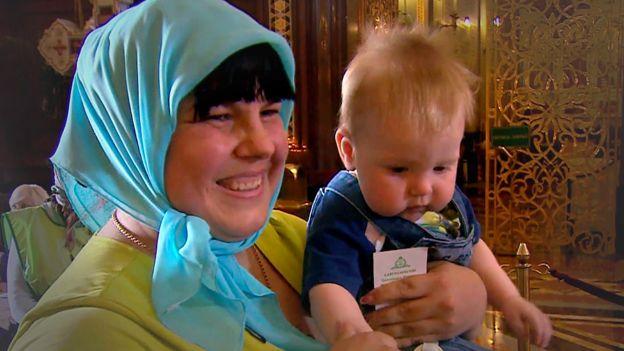Svetlana con su bebé, Vanya, al que llevó desde un hospital.